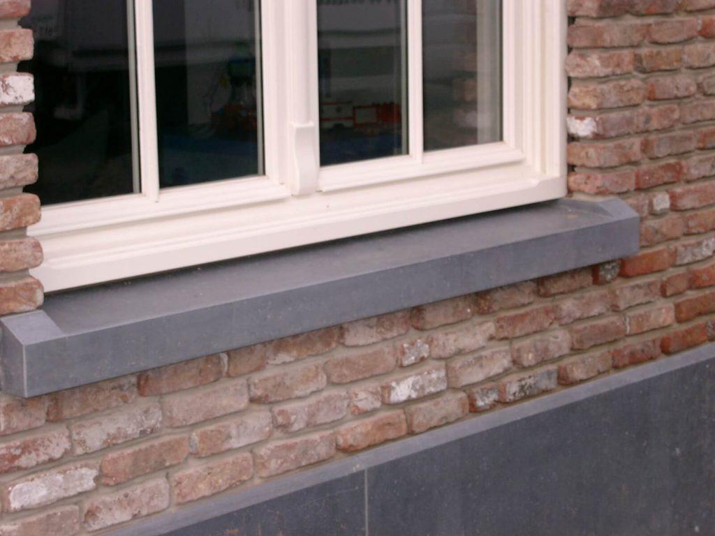 Gevelsteen en venstertabletten in Arduin - Belgisch blauwe hardsteen